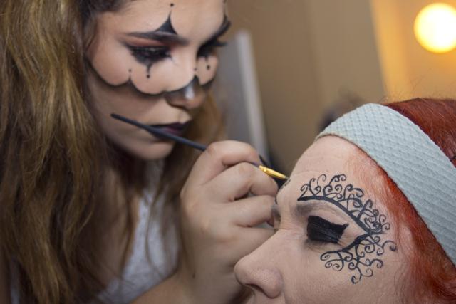 Amelia González maquilla a su mamá, la artista Rita Aguila. Foto; A. Segundo.